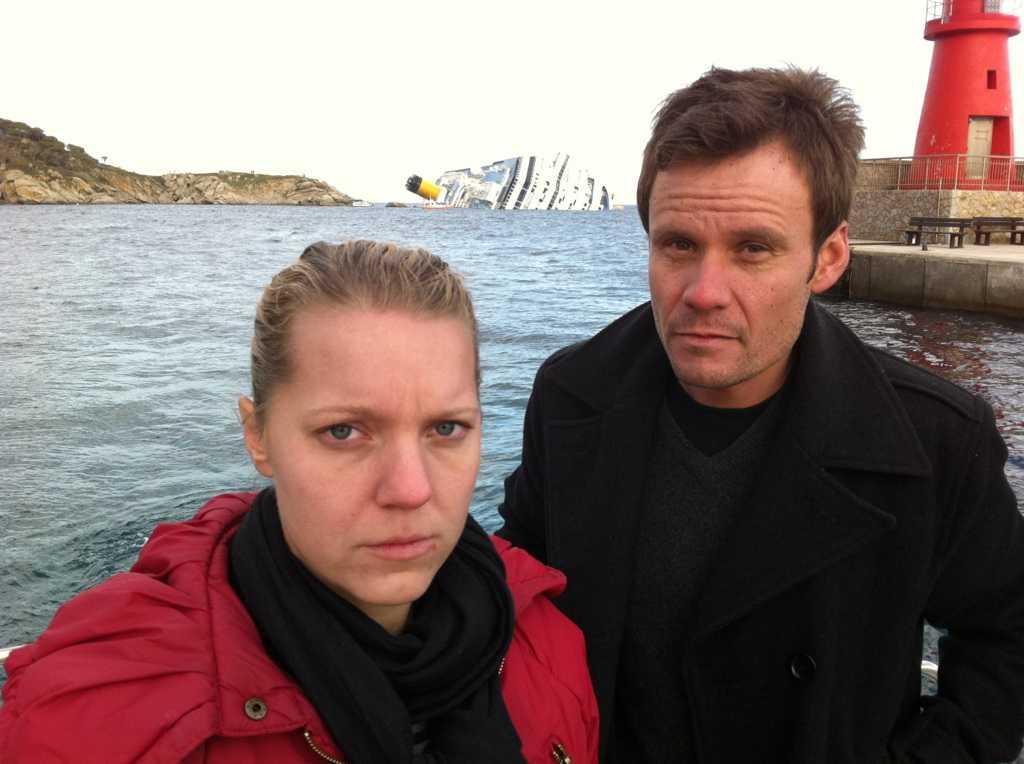 PÅ PLATS. Aftonbladets Carina Bergfeldt och Jerker Ivarsson på plats vid den grundstötta lyxkryssaren Costa Concordia.