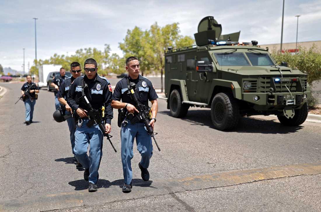 Tungt beväpnad polis rycker fram vid shoppingcentret.
