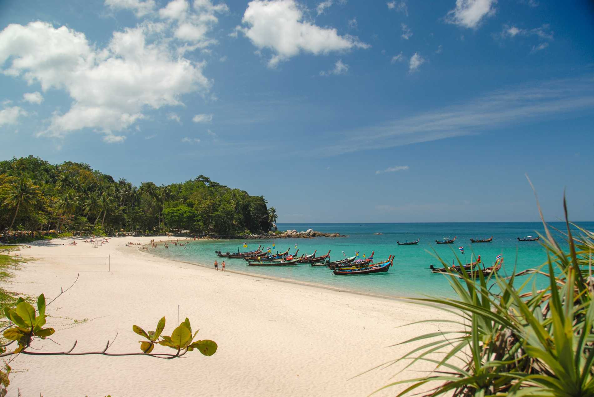 Freedom beach nås ofta med longtailbåt.