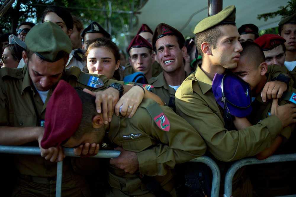Israelisk militär sörjer soldaten Sagi Erez. Erez dog 28 juli i strid efter att palestinska militanter tagit sig in i Israel via en tunnel. Israels premiärminister Benjamin Netanyahu säger att konflikten kan bli utdragen.