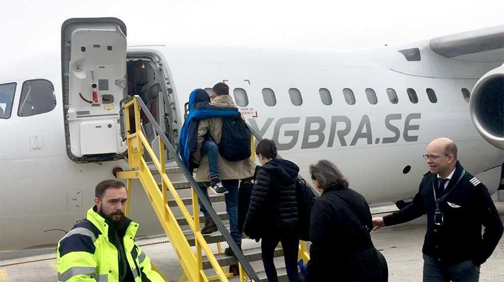Familjen Donguy går ombord på BRA:s flight till Göteborg. De fick sällskap av Jim Hofverberg från kommunikationsavdelningen, piloterna för dagen: Mats Trense och Torgny Brännstam samt Constantin Tsialios som lotsade alla ut till planet.