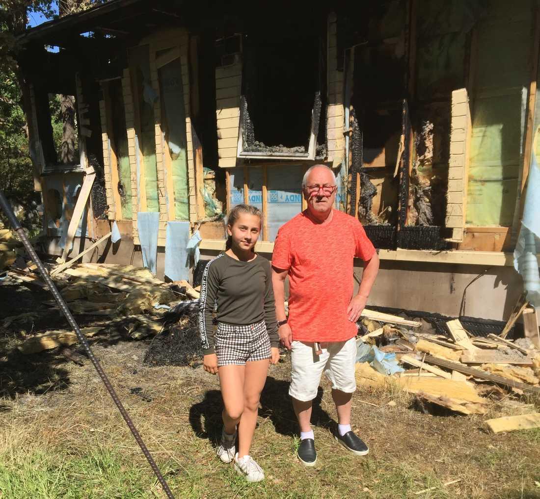 Franco Terzi tillsammans med dottern framför huset, som nu står inför omfattande sanering och renovering.