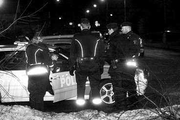 STORT POLISPÅDRAG I NATT 26-åriga Fadime har under flera år levt på flykt undan sin familj och sina släktingar sen hon träffat en svensk pojkvän. Hon skulle i dagarna resa till Kenya för att studera. Men i går kväll sköts Fadime till döds i en lägenhet i Uppsala. De tre personerna i lägenheten fördes svårt chockade till sjukhus. Tidigt i morse greps hennes 54-årige pappa misstänkt för mord.