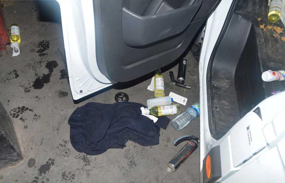 Förberedda molotovcocktails i form av vinflaskor virade i trasor hittades i skåpbilens bagageutrymme.