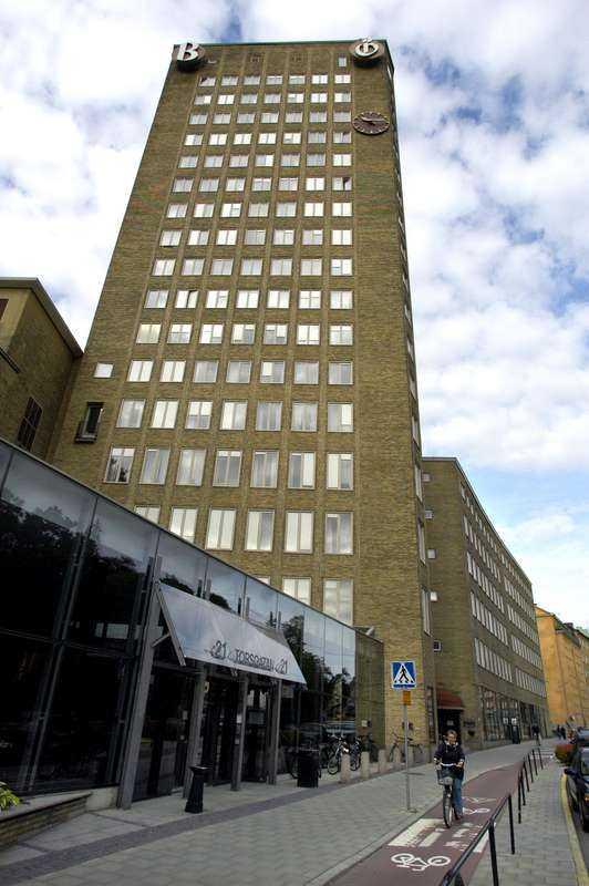 Mitt under de tuffa neddragningarna flyttade Jonas Bonnier huvudkontoret från Bonnierskrapan på Torsgatan.