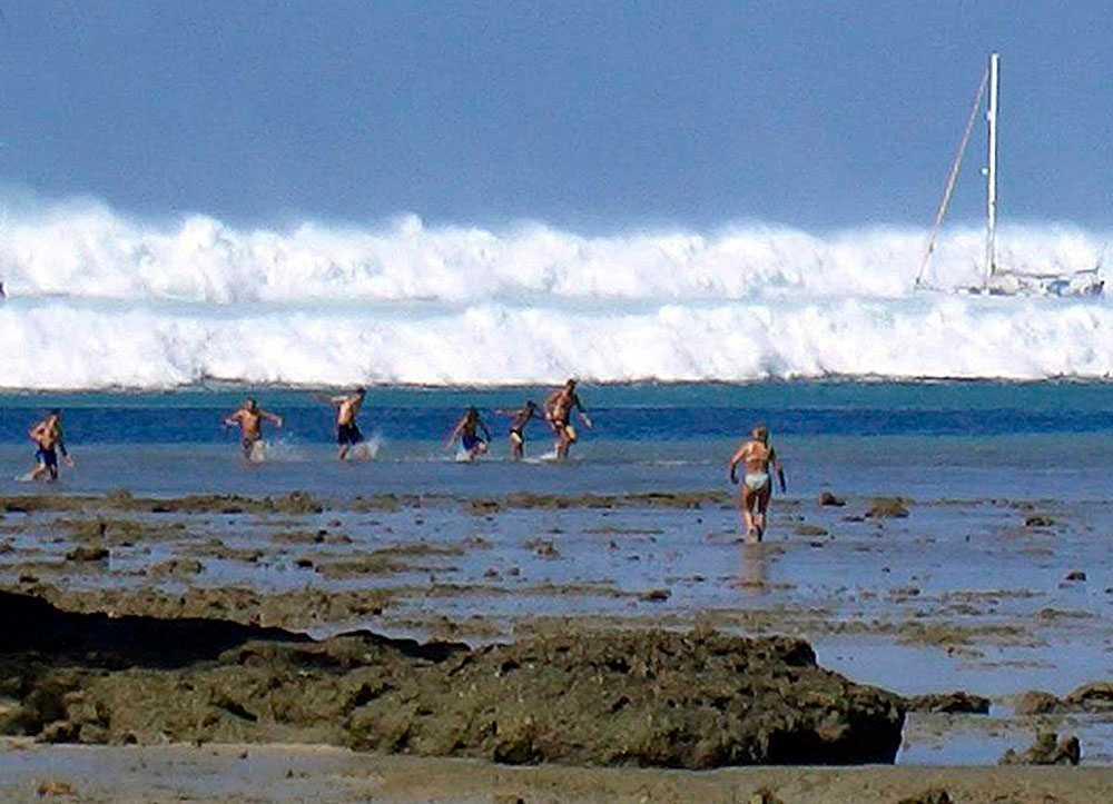 På juldagen 2004 slog tsumanin till. Turister flyr från den första av sex jättevågor på Rai Lay Beach, nära Krabi i södra Thailand.
