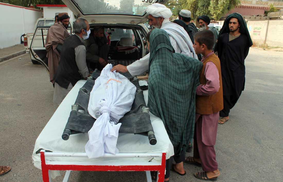 En person som dödades i måndagens attack mot en afghansk boskapsmarknad transporteras från platsen.
