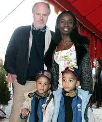Nyamko Sabuni med sin make Allan Bergquist och barnen Patrik och Christian.