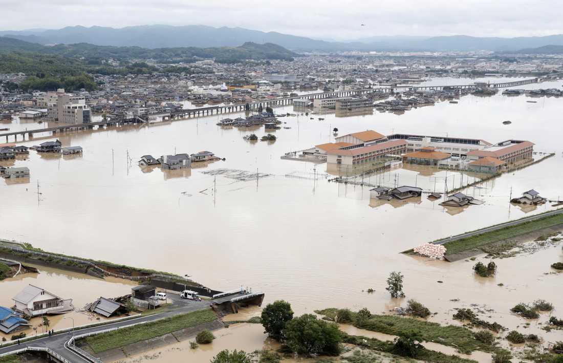 En flod svämmade över i Kurashiki, Okayama Prefecture, Japan.