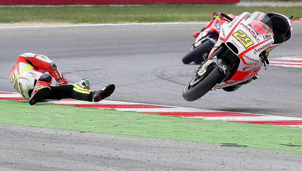 Italienaren Andrea Iannone kraschar under roadracingtävlingen San Marino Moto GP i Misano Adriatico, Italien.
