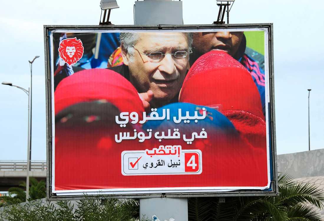 En valaffisch för den häktade presidentkandidaten Nabil Karoui.