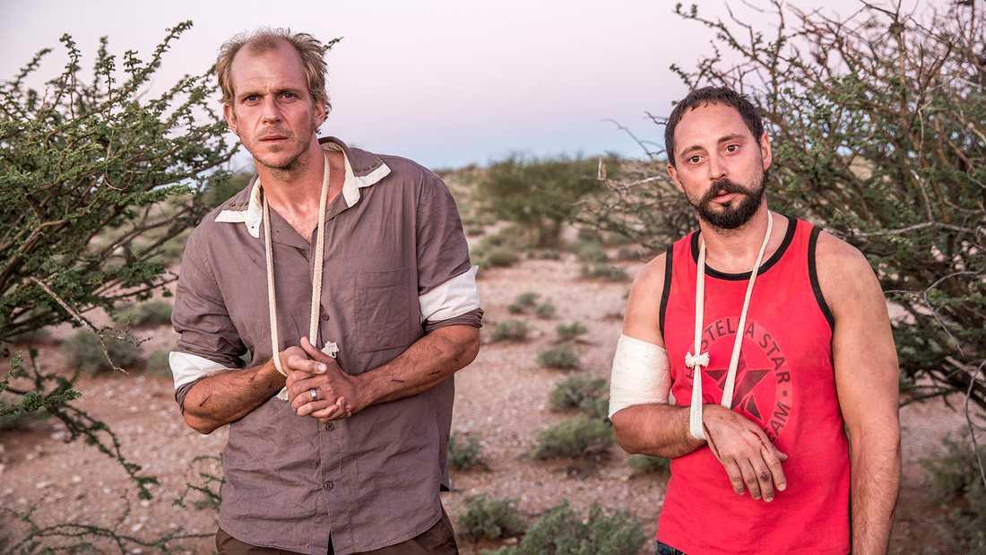 """Journalisterna Martin (Gustaf Skarsgård) och Johan (Matias Varela) blir tillfångatagna av militär milis i """"438 dagar"""" och hamnar sedan i Kality-fängelset."""