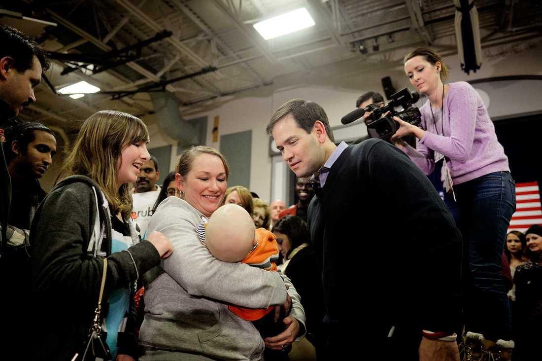 Åhörarna samlas ofta i en prydlig kö efter Rubios tal.