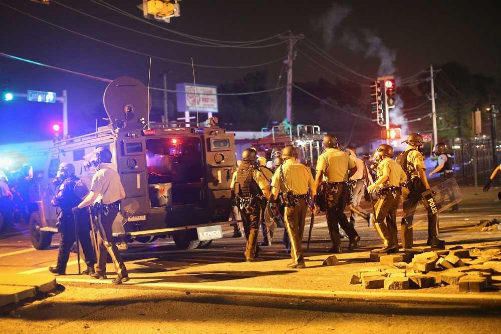 Polis i Ferguson avancerar mot demonstranterna.