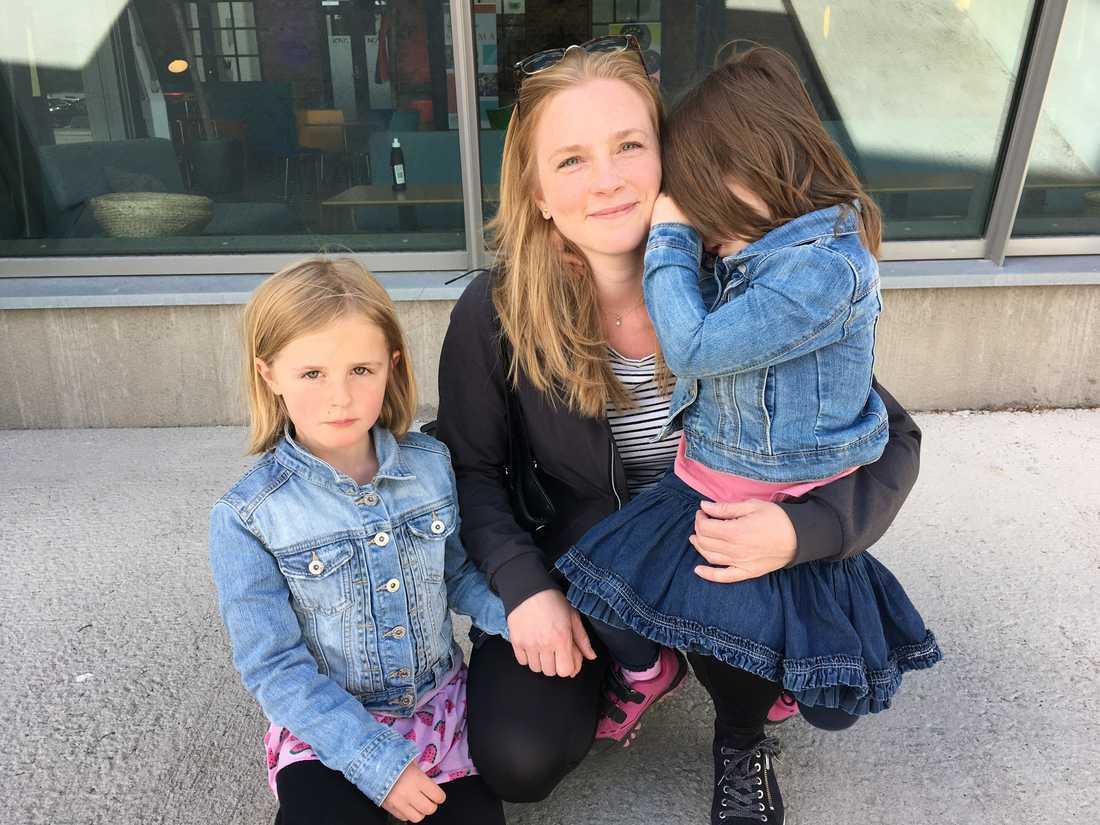 Kajsa Mändlo med döttrarna Isabelle och Ellen efter att ha röstat, bara hundra meter från den lokal i Trollhättan där länet gör den slutliga röstsammanräkningen.
