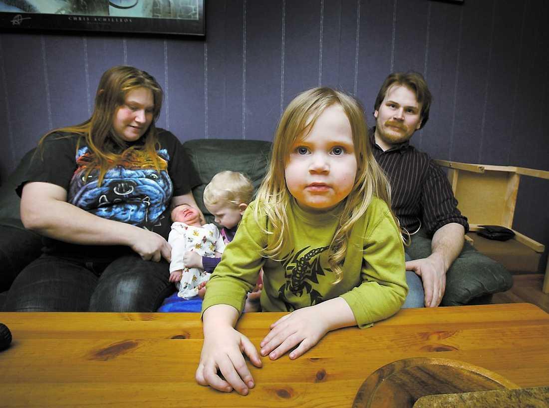 Helt vanliga Familjen Johansson består av Jeanette, 27, Erik, 2 veckor, Hanna, 1, Mikael, 30, och Karolina 2.