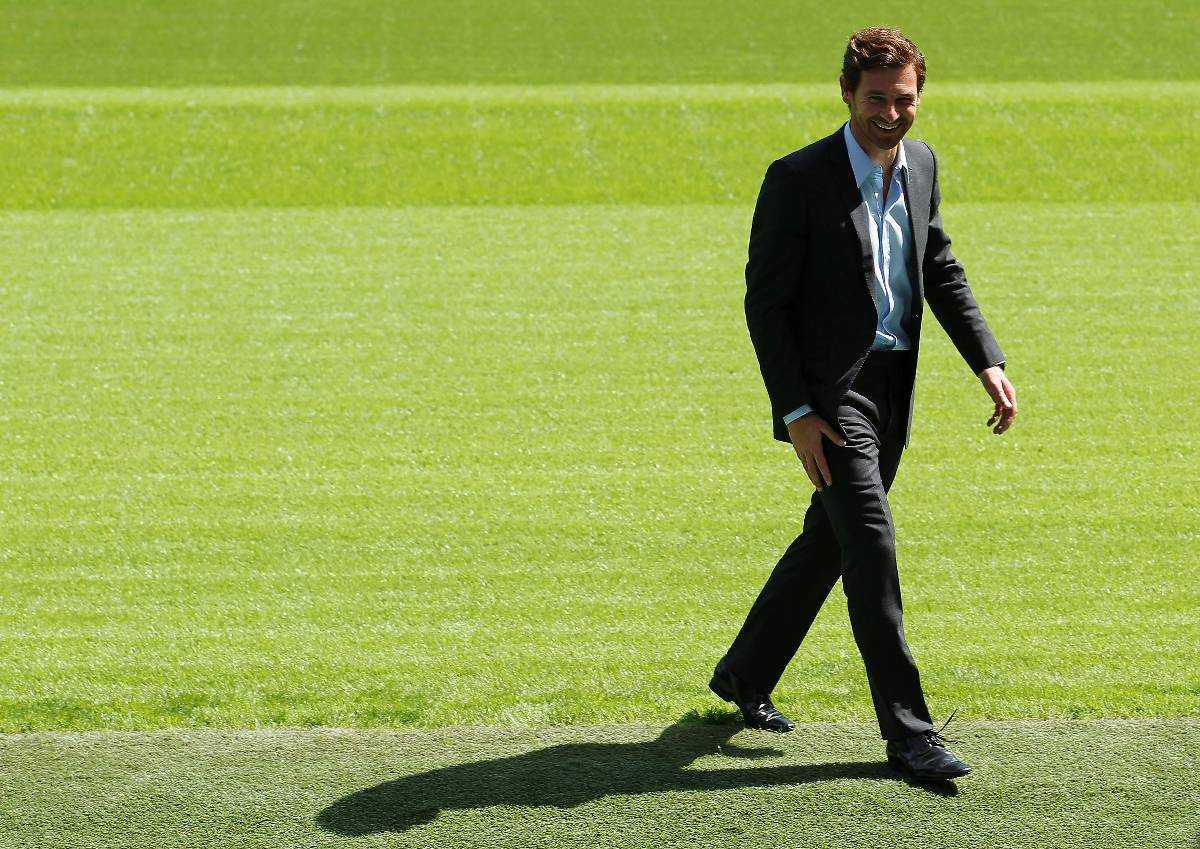 TAR SIG AN ENGLAND – IGEN  André Villas-Boas kom till Chelsea med strålande resultat i Porto. Men i Premier League tog det stopp. Den 4 mars fick han sparken från Chelsea, i går presenterades Villas-Boas som Tottenhams nye tränare.