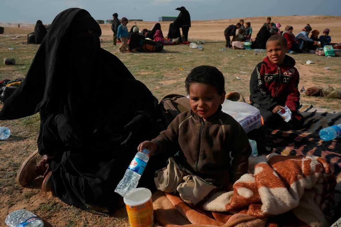 En kvinna och hennes två barn har evakuerats ur det sista IS-kontrollerade området i Syrien.
