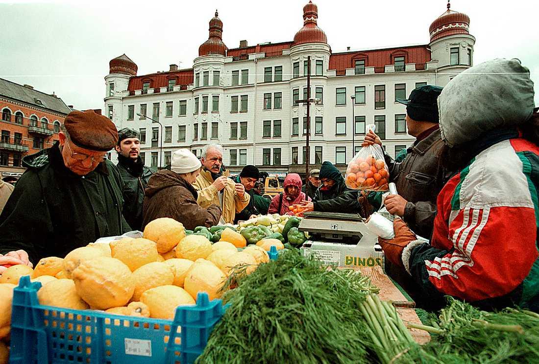 en miniupplaga... Möllevångstorget i Malmö är vitalt kosmopolitiskt. Och i stadens ytterområden reser sig eländigt fattiga bostadskvarter.