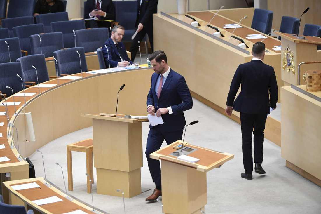 Adam Marttinen (SD) på väg upp i talarstolen efter Johan Forssell (M).