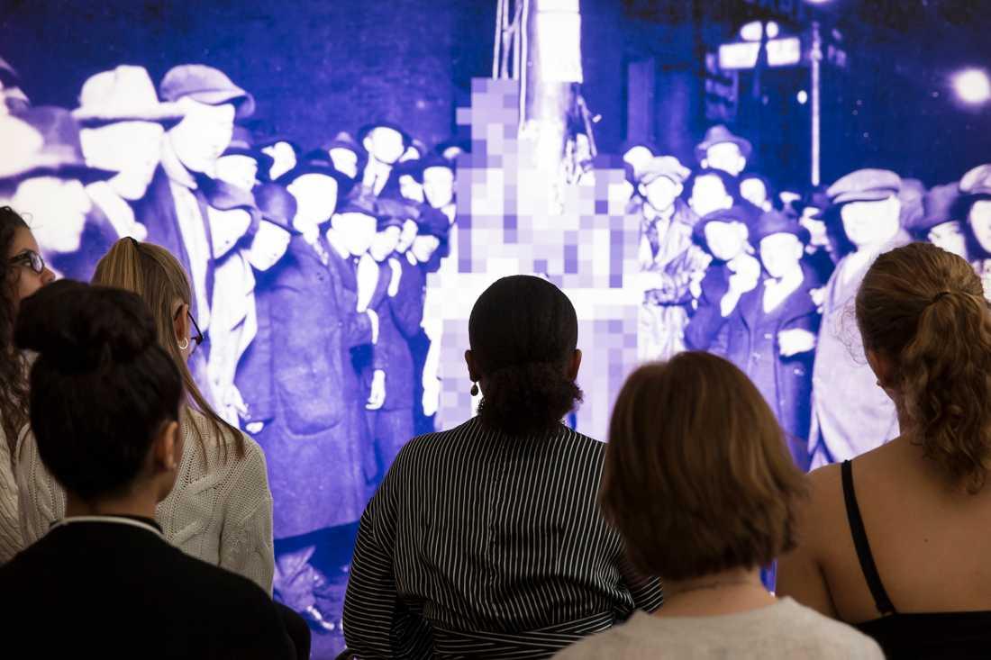 De grymma bilderna från Förintelsen ska både ge kunskap och väcka diskussionen.
