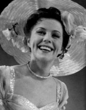 Sickan Carlsson i sin roll som revyartisten Marianne Molin i filmen 'Dans på rosor' 1954.