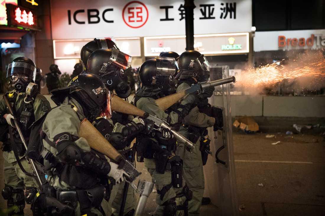 Demonstrationerna i Hongkong som pågått sedan i juni har nu urartat till fullskaliga strider mellan studenter och polis. Medan poliserna skjuter tårgas mot demonstranterna beväpnar sig ungdomarna med gatstenar och brandbomber.