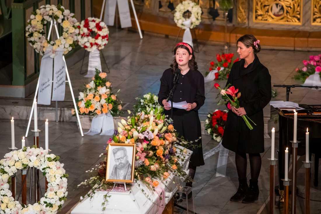 Ari Behns dotter Maud Angelica Behn höll tal till sin pappa, prinsessan Märtha Louise exmake, vid begravningen i Oslo domkyrka.