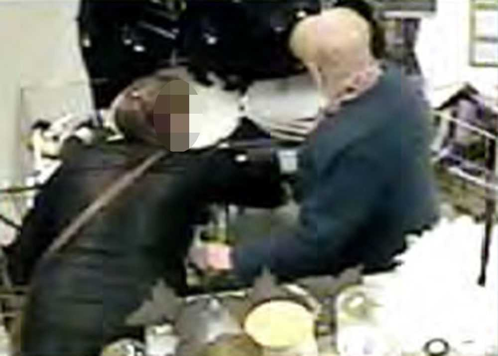 När kvinnan har  distraherat sitt offer stjäl hon plånboken ur väskan.