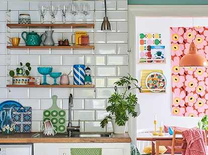 De öppna hyllorna från String rymmer favoritporslinet och skapar en lekfull atmosfär. Köket kommer på sikt att renoveras då familjen behöver ett större och mer funktionellt kök.