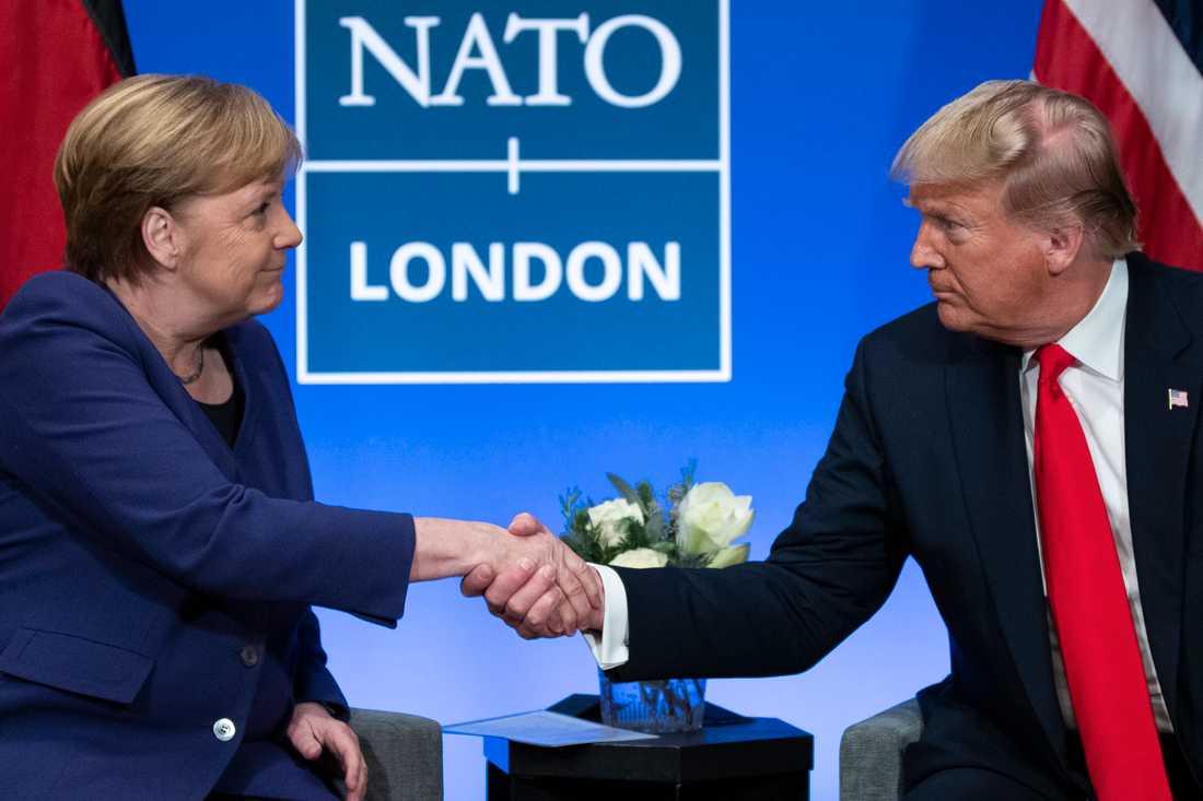 Tysklands förbundskansler Angela Merkel skakar hand med USA:s president Donald Trump efter Natomötet i Storbritannien.