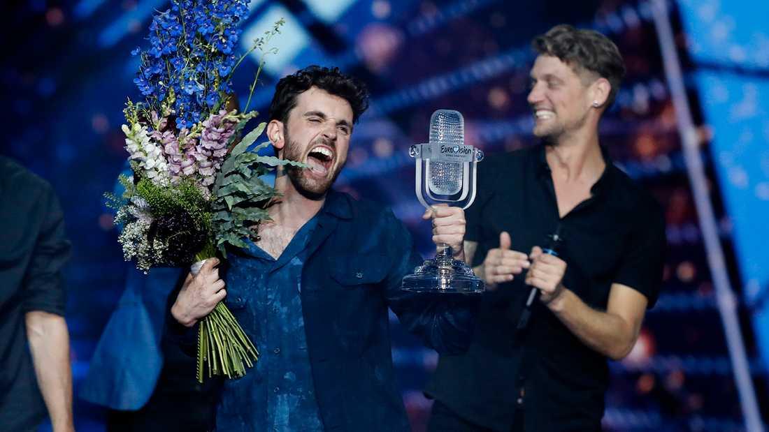 Duncan Laurence jublar med Eurovision-pokalen i högsta hugg.