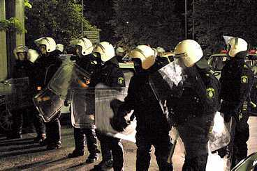 BELÄGRAD STAD Södertälje förvandlades till en belägrad stad i natt efter attacken mot polisstationen.