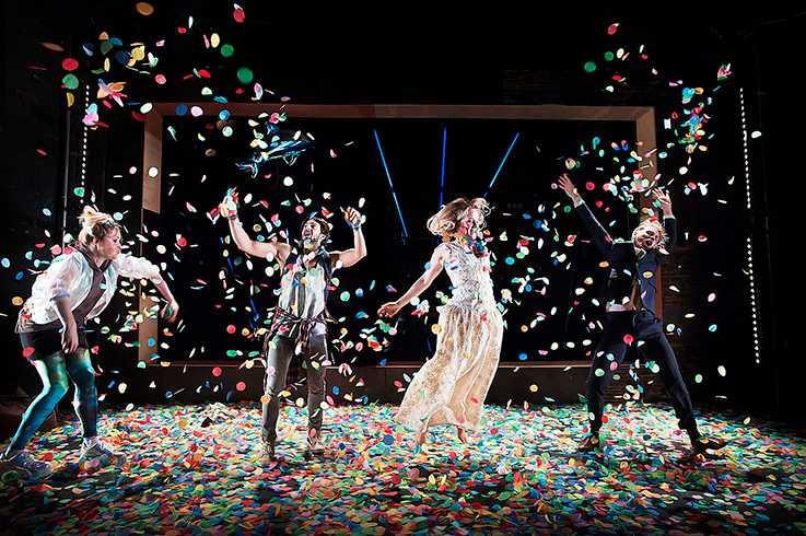 """""""Gnistrande dramatiska energier"""", skriver Amelie Björck om """"Omfamningar"""" på Teater Galeasen i Stockholm."""