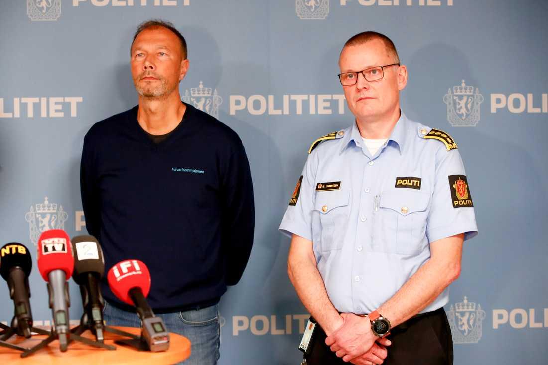 Kåre Halvorsen från haverikommissionen och länsman Øyvind Lorentzen under pressträffen.