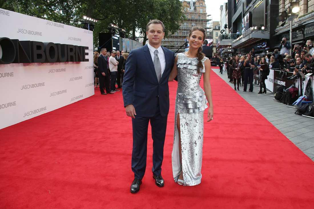 """Alicia Vikander och Matt Damon på röda mattan inför premiären av """"Jason Bourne""""."""