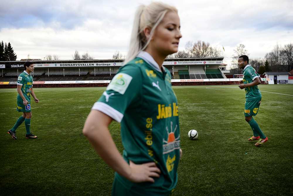"""Ann-Sofie Österberg, 19, bilden, är lärarvikarie och Ida Gezelius, 18, går på gymnasiet. De är båda från Borlänge och spelar i Dalkurds damlag. """"Vi trivs här. Det är jättebra sammanhållning, säger Ann-Sofie."""" """"Alla som tycker om fotboll får vara med, säger Ida."""""""
