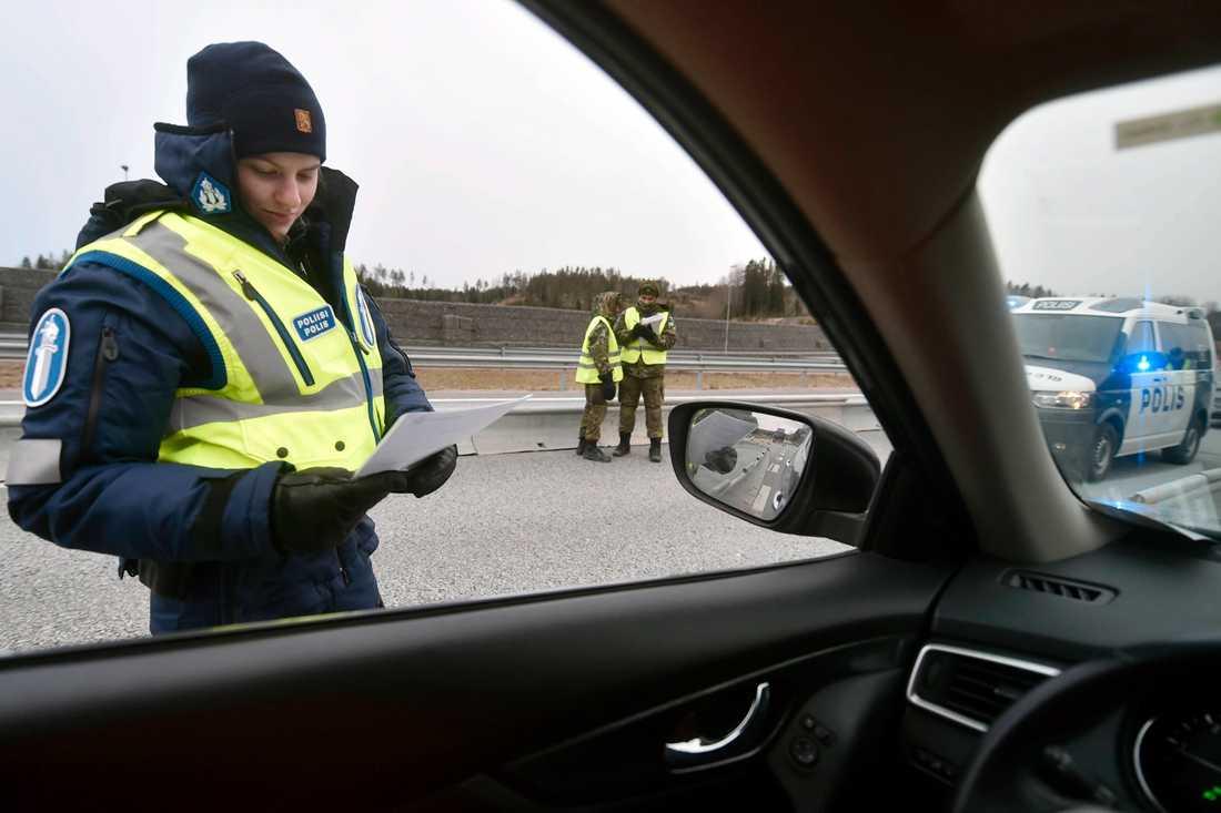 Poliskontroll i Lojo, väster om Helsingfors, för att kontrollera att rörelserestriktionerna följs. Bild från i mars.