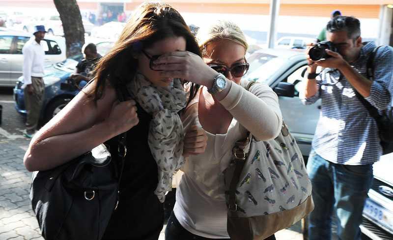 Systern Aimee Pistorius hade huvudet sänkt.