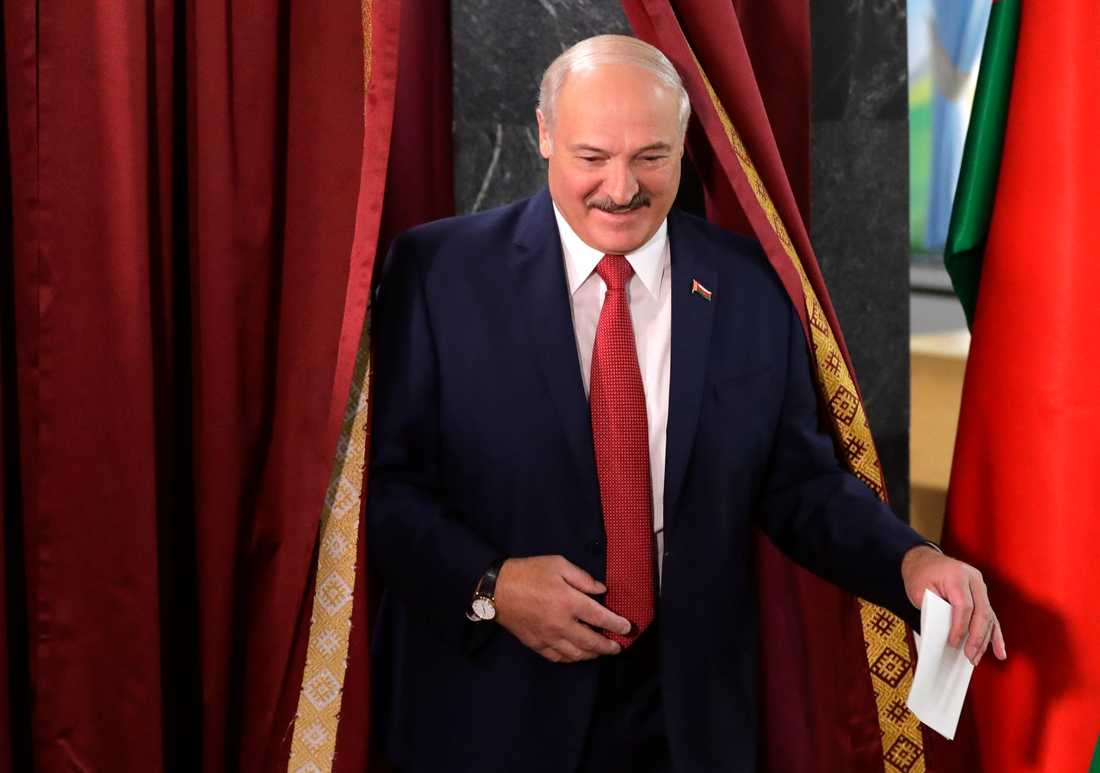 Vitrysslands president Aleksandr Lukasjenko lägger sin röst i parlamentsvalet på söndagen.