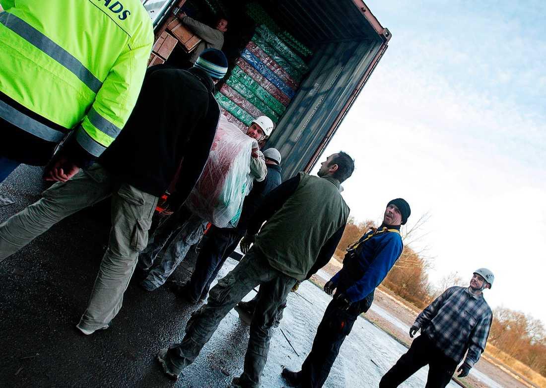 OTRYGGA ARBETEN I takt med att bemanningsföretagen växer ökar de tillfälliga och osäkra anställningarna, ofta med lägre löner än de fastanställda. Byggnadsarbetarna på bilden är inhyrda för att bygga Lek&Buslandet i Örebro.