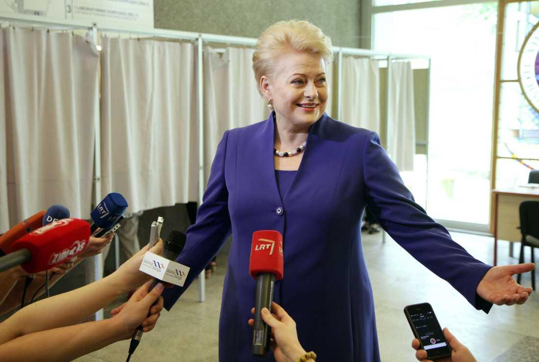 Litauen resident Dalia Grybauskaite blir intervjuad efter att hon röstat i Vilnius.