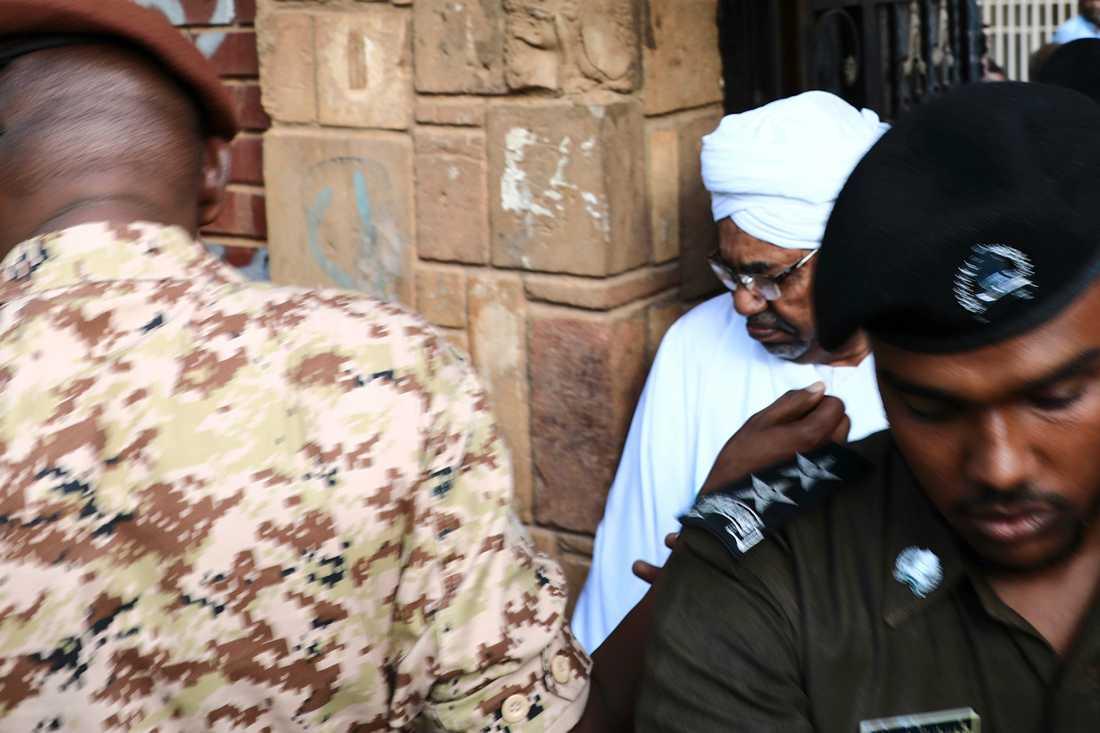 Sudans förre president och diktator, Omar al-Bashir, eskorteras tillbaka in i högriskfängelset efter att ha framträtt i domstolen den 16 juni.