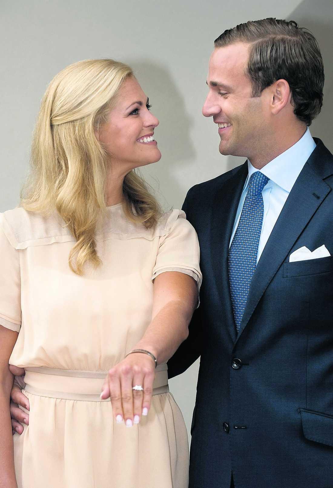 Kärleken För exakt ett år sedan förlovade sig prinsessan Madeleine med Jonas Bergström i Capri. Två månader senare tillkännagav de förlovningen.