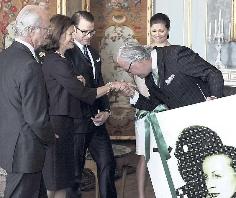 Kungafamiljens vän Pierre Hagströmer överlämnar tavlan på en unga prinsessan Lilian.