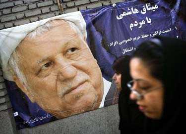 MAKTLÖS PRESIDENT En kvinna i Irans huvudstad Teheran passerar en valaffisch. 89 kvinnor ville ställa upp i presidentvalet – de blev alla direkt strukna av det religiösa väktarrådet som godtyckligt granskar samtliga kandidater.