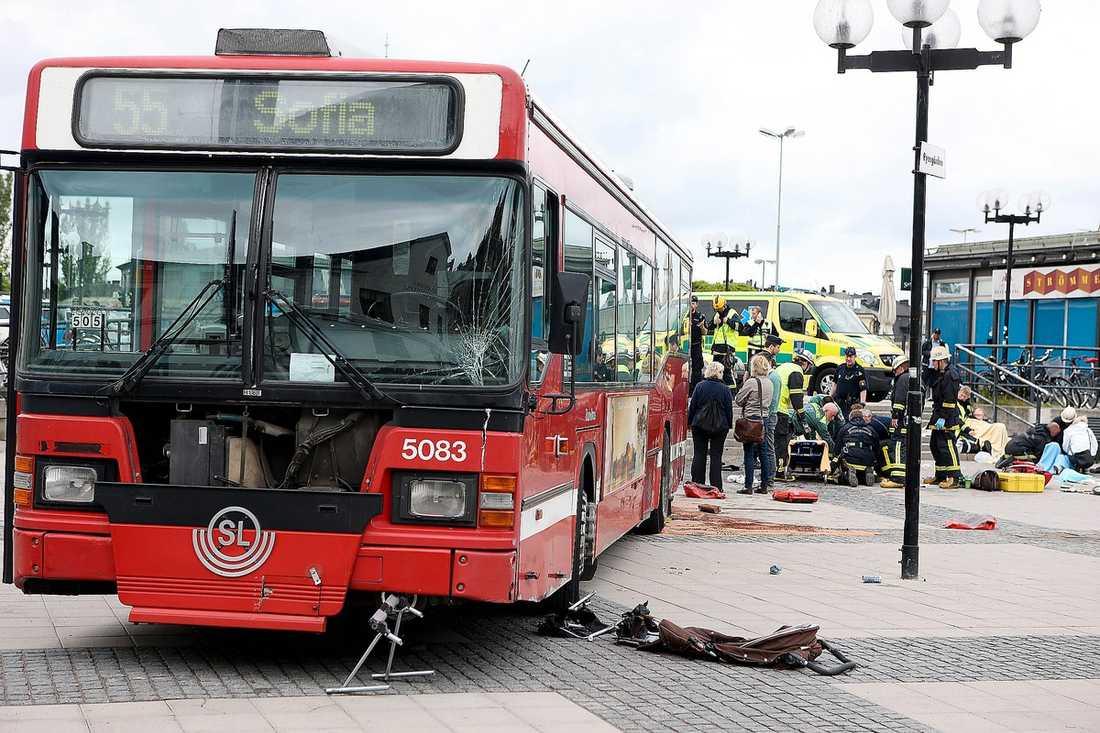 """""""STANNADE INTE""""  Enligt föraren gick inte bussen att stanna. Polisens teori om vad som hände vid Slussen i Stockholm är dock en annan – de misstänker att chauffören tog fel på bussens pedaler och gasade i stället för att bromsa. """"Det är den enda rimliga förklaringen. Först gas, växel, sedan panikbroms – som inte var broms utan gas"""", säger en källa inom polisen."""