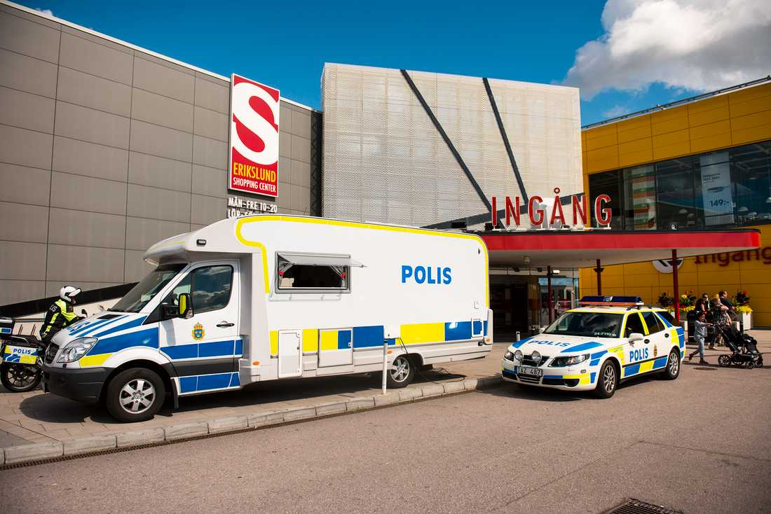 Polisen fanns på plats när Ikea i Västerås öppnade igen på onsdagen.