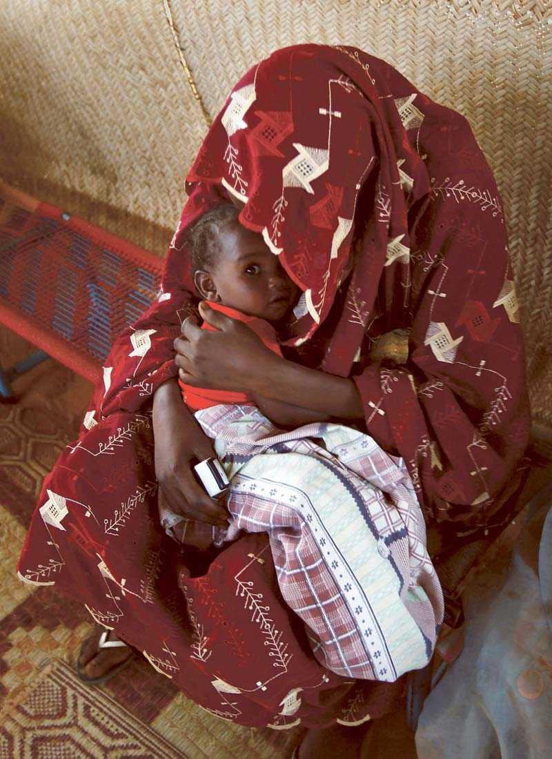 """HJÄLP OSS HJÄLPA Sju kvinnliga bloggare stöder Röda korsets Rädda Mammorna-kampanj. """"Vi gör det för att vi själva är mammor. För att visa att vi kan göra skillnad. För att vi bryr oss om långt fler saker än de som syns via våra bloggar"""". Pengarna går bland annat till utsatta kvinnor i Sudan."""