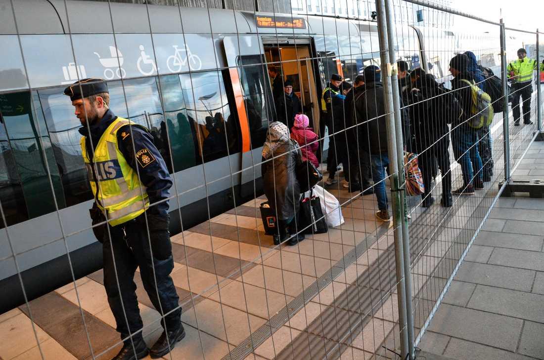 Flyktingar kliver av tåget vid Hyllie station utanför Malmö i januari 2016. Arkivbild.